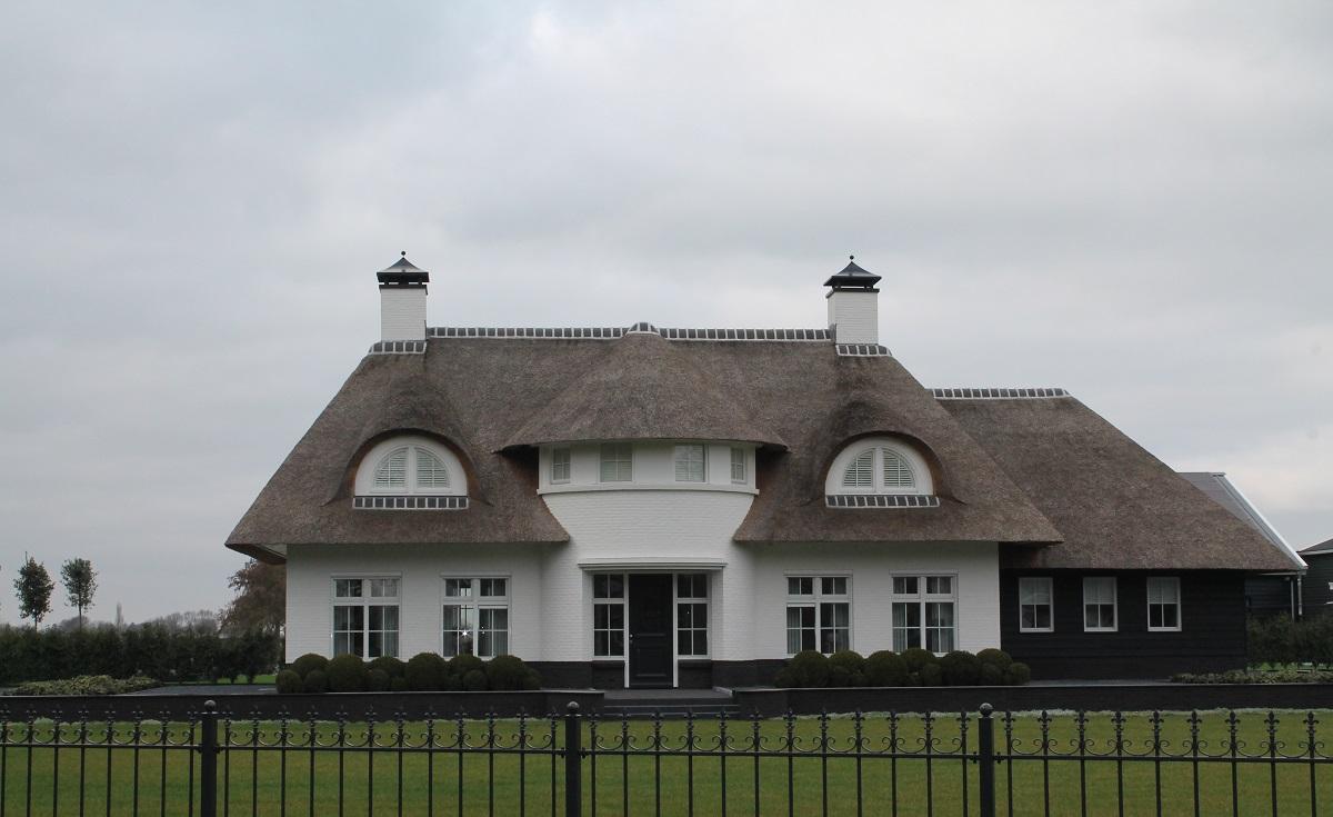 Vooraanzicht witte villa