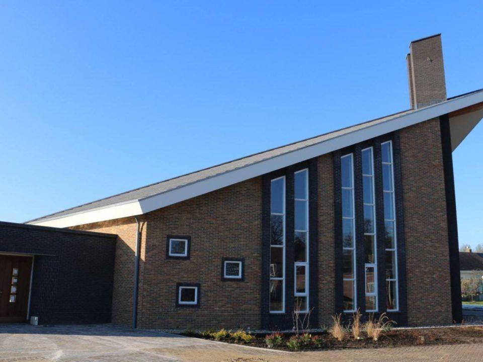 Ruim kerkgebouw met bijgebouw Emst