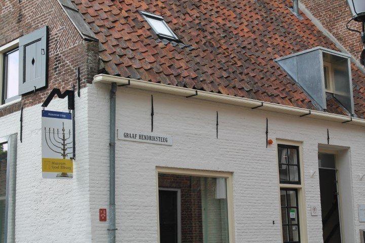 Zijkant museum Sjoel Elburg