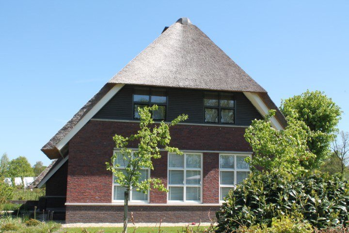 Moderne woonboerderij met rieten dak