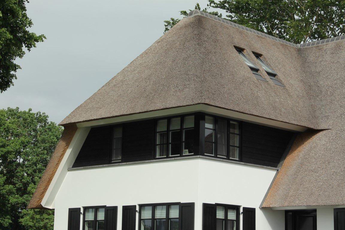 Rietgedekte villa
