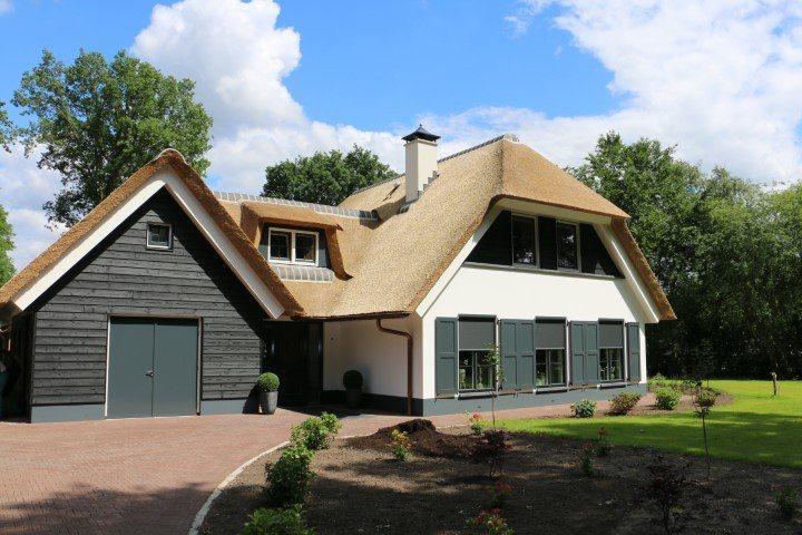 Witte villa met schuur